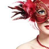 La giovane e bella donna in una maschera veneziana rossa — Foto Stock