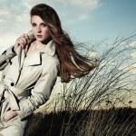 Retrato de moda de mujer elegante con un impermeable — Foto de Stock