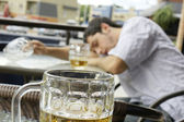 Jovem bêbado dof raso — Fotografia Stock