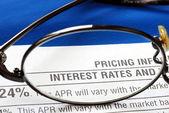 Centrarse en la tasa de interés en la divulgación de la tarjeta de crédito aislada en azul — Foto de Stock