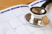 听诊器医疗任命的日历概念 — 图库照片