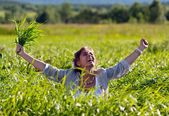 Girl screaming in the grass — Stockfoto
