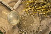 Argilla, paglia, acqua e stampo per mattoni di adobe — Foto Stock