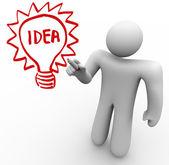 ブレーンストーミング人をガラス基板上アイデア電球を描画します — ストック写真