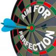 amaç mükemmellik için - dart hedef tahtası üzerinde boğa göz vurur. — Stok fotoğraf