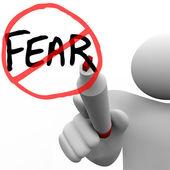 Att komma över rädslan - man ritar cirkeln och snedstreck över ord — Stockfoto
