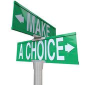 2 alternatif - iki yönlü trafik işareti arasında bir seçim yapmak — Stok fotoğraf