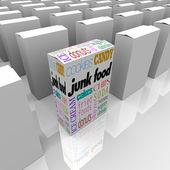 Skräpmat lådor på mataffären hylla — Stockfoto