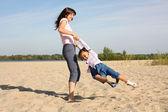 Genç bir kadın ve küçük kızı — Stok fotoğraf