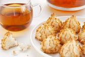 Tea and coconut macaroons — Stock Photo