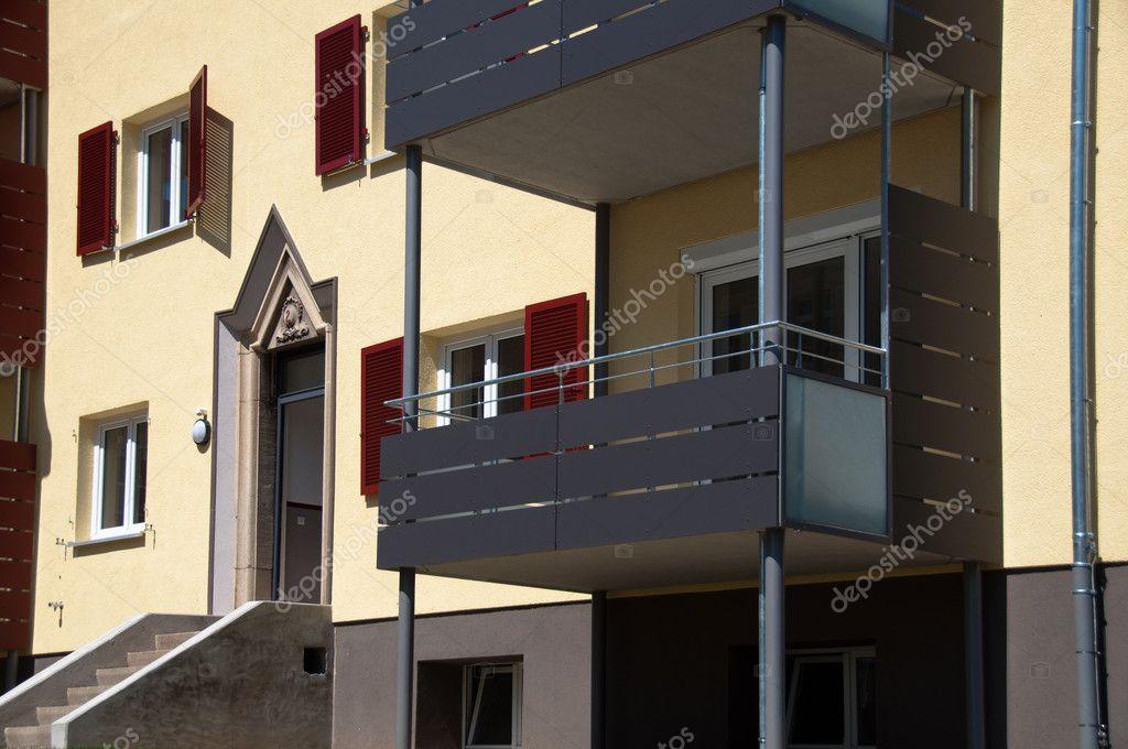 Gerenoveerd oud huis met warmte isolatie stockfoto franky242 6013251 - Oud gerenoveerd huis ...