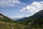 Valley in mountains against a blue sky with clouds. Siberia. — Stock Photo
