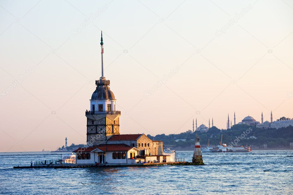 Maiden Tower (Tower of Leandros, Turkish: Kiz Kulesi) tranquil scenery at the entrance to Bosporus Strait in Istanbul, Turkey — Stock Photo #6460423