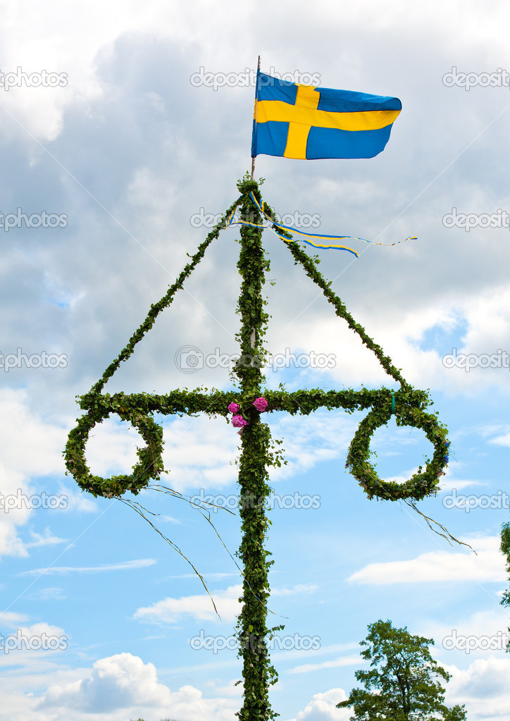 A traditional swedish midsummer pole with a swedish flag — Stock Photo #6044941