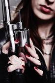 Menina com um revólver — Foto Stock