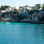 Yacht near rocky shore in Porto Cristo bay, Majorca, Spain — Stock Photo