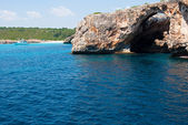 Natural arch and recreational boat at Cala Antena, Majorca, Spai — Stock Photo