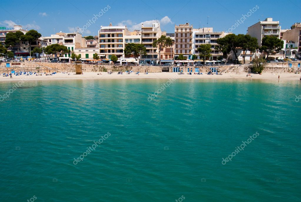 Emerald waters of Mediterranean Sea on Porto Cristo beach, Majorca island, Spain — Stock Photo #6322385