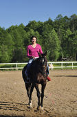 Ung flicka rider en häst — Stockfoto