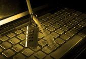 锁和网络电缆与计算机键盘背景 — 图库照片