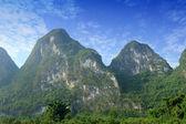 Yangshuo guilin, çin'in güzel karstik dağ manzarası — Stok fotoğraf