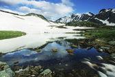 Lago de alta montaña — Foto de Stock