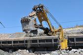 Carregamento de transporte ferroviário de minério de ferro — Fotografia Stock