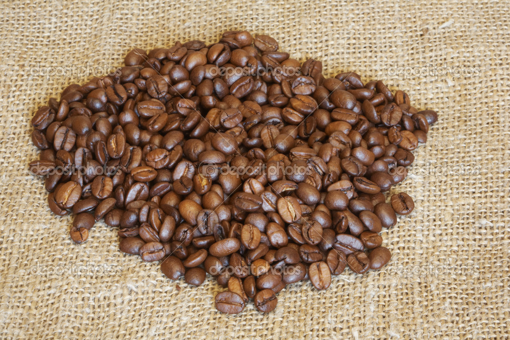 It is a lot of coffee grains lay on a fabric — Stock Photo #5715746
