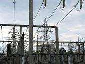 Líneas de transmisión de alto voltaje en planta de energía — Foto de Stock
