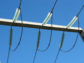 High voltage transmission power line and glass isolators — Stockfoto