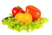 绿色沙拉和孤立在白色背景上的番茄 — 图库照片
