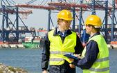 Portuali nel porto di un contenitore — Foto Stock