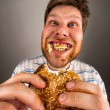 Man chewing hamburger - Foto de Stock