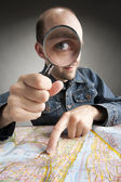 Funny tourist discovering map — Stock Photo