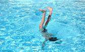 Stunts in einem pool — Stockfoto