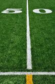 Linea delle 50 yarde sul campo di gioco del calcio americano — Foto Stock
