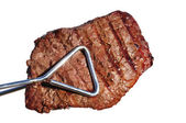 Tång håller grillad biff fläskkarré topp ytterfilé biff — Stockfoto