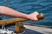Mano sul timone di una barca a vela goletta di sterzo — Foto Stock