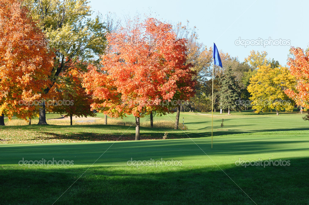 Golf Green and Flagstick with Colorful Fall Leaves of Maple Trees — Stock Photo #6642097