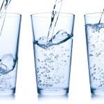 verter el agua en vidrio — Foto de Stock   #5609778
