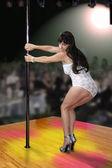 Beyaz elbise kulüp dansçısı — Stok fotoğraf