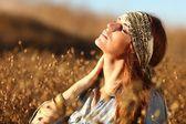 Bella donna su un campo d'estate — Foto Stock