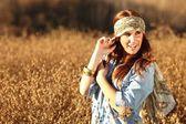 Piękne kobiety na polu w okresie letnim — Zdjęcie stockowe