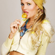 Gorgeous fashionable young woman holding a lemon candy — Stock Photo