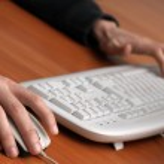 handen van een man op de muis en het toetsenbord — Stockfoto