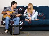 Mladý pár s odpočinek s hudbou — Stock fotografie