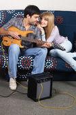 Romantický pár s elektrická kytara — Stock fotografie
