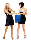 Vackra flickor kämpar för inköp — Stockfoto