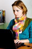 Całkiem młoda kobieta, pracująca w laptopie — Zdjęcie stockowe