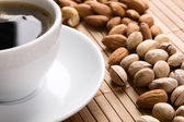 Kopp kaffe och nötter — Stockfoto